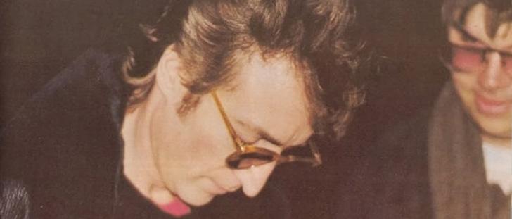 Le saviez-vous?La dernière personne photographiée avec John Lennon était Mark David Chapman, son assassin ! John-lennon-assassinat